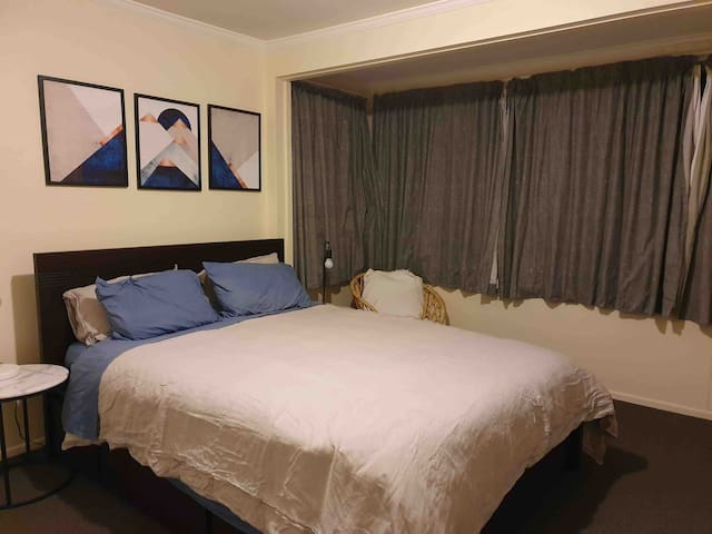 Large, sunny double room + private bathroom