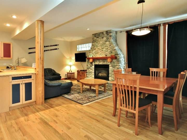 Ski-in 3 level townhouse with BBQ, deck, kitchen, wifi and mountain views - 5 min to hot tubs: PP20 - Polar Peak #20