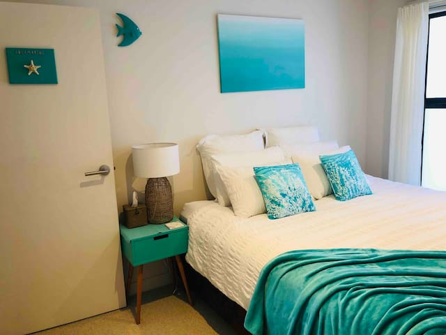 The Aquamarine Room - Enjoy a very comfortable King sized bed OR Two Singles - your choice (but you do need to let us know your preference). A brand new reverse cycle air conditioner has also been installed for your heating or cooling needs.