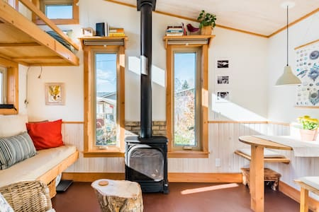 Charming Tiny House B&B Near Mountains and Downtown