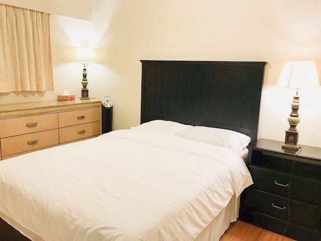 Prime Location Queen Sized Bed Private Half Bath
