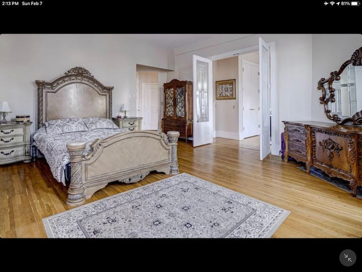 King Joseph Suite Live like a Royalty for a night
