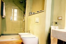 ROOM ALBERTA BATHROOM. En-suite bathroom with shower
