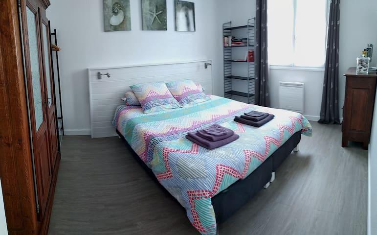 Chambre en version lit 160 cm. Aucune gêne à la jointure des deux matelas. Neufs et confortables.