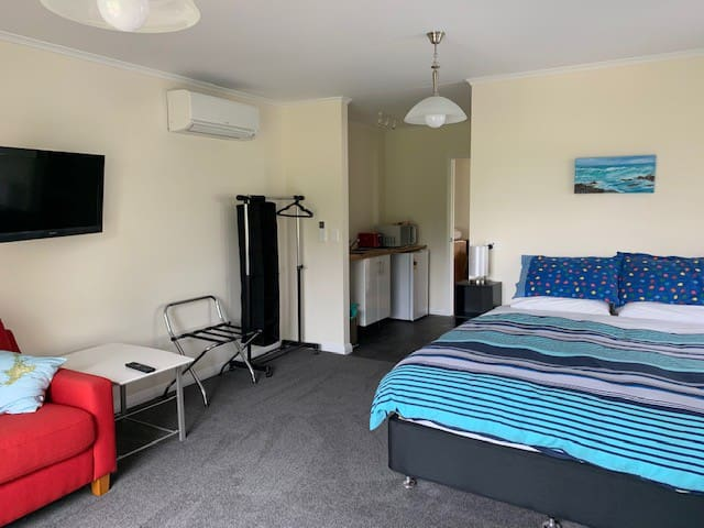 Brand new queen-size bed. Luggage rack, hanging rack and heat pump/air conditioning. LCD, large screen TV and DVD player. Free WiFi.