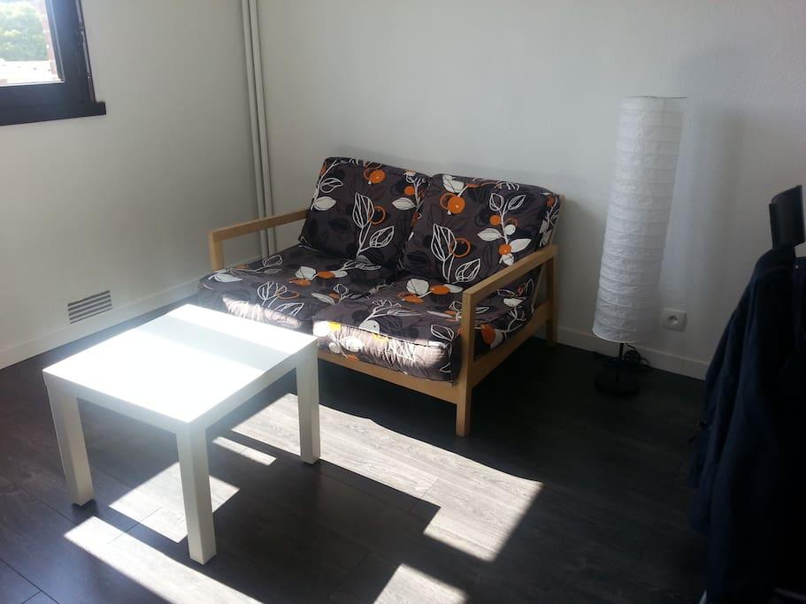 Coin salon avec canapé.