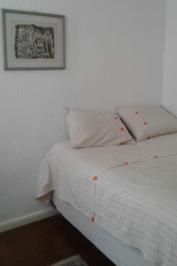 Quarto individual com cama box  de casal