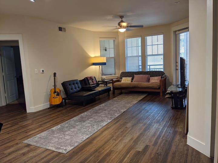 Cozy Corner Suite: free parking, pool, gym, washer