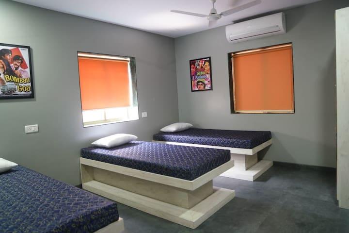 Room w/ 3 Beds