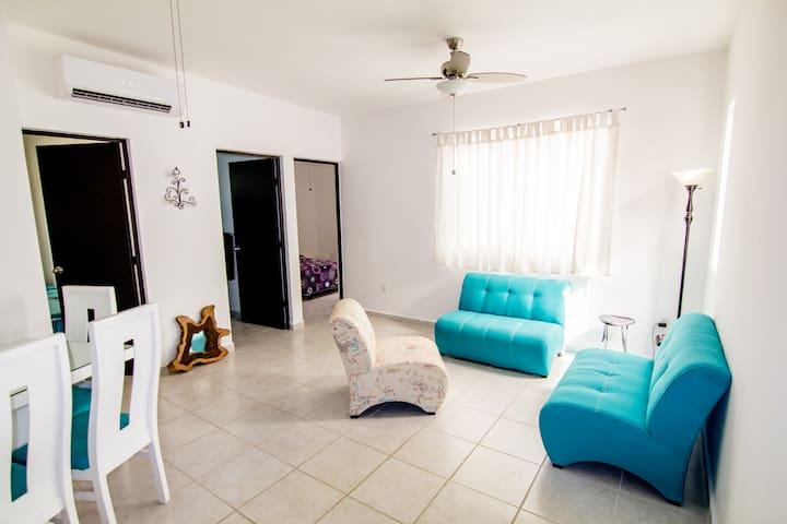 Sala y comedor con aire acondicionado. Aquí podrás relajarte después de un día en la playa para platicar o leer un libro.