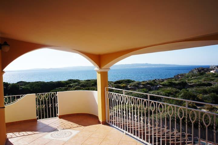 Appartement confortable avec terrasse et vue sur mer spectaculaire ; parking disponible, animaux de compagnie autorisés