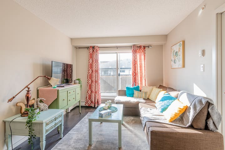 Bright Stylish Condo ~Sleeps 6~ 20min to airport