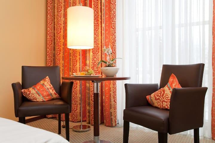 relexa hotel Bad Steben (Bad Steben), Basic-Einzelzimmer mit Zugang zu großem Bade- und Wellnessbereich