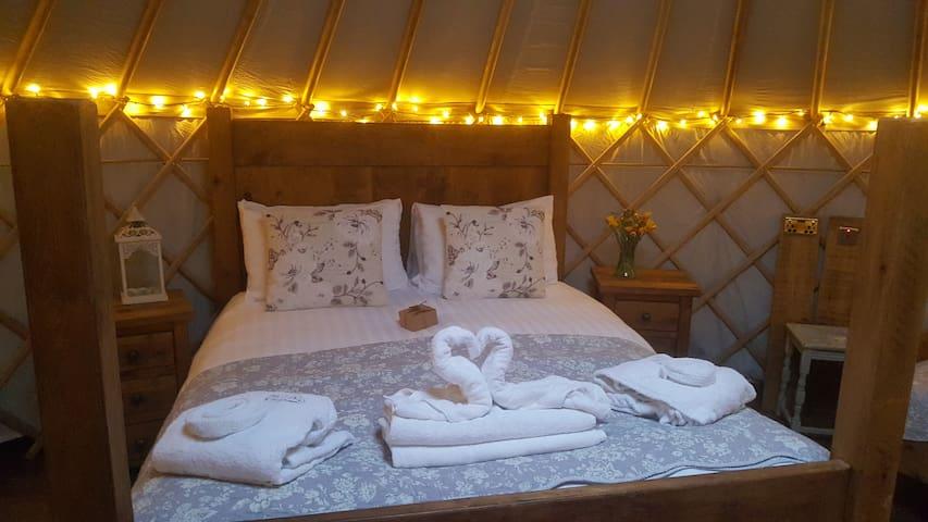 Cuckoo Yurt with wood fired hot tub, nr Hartington