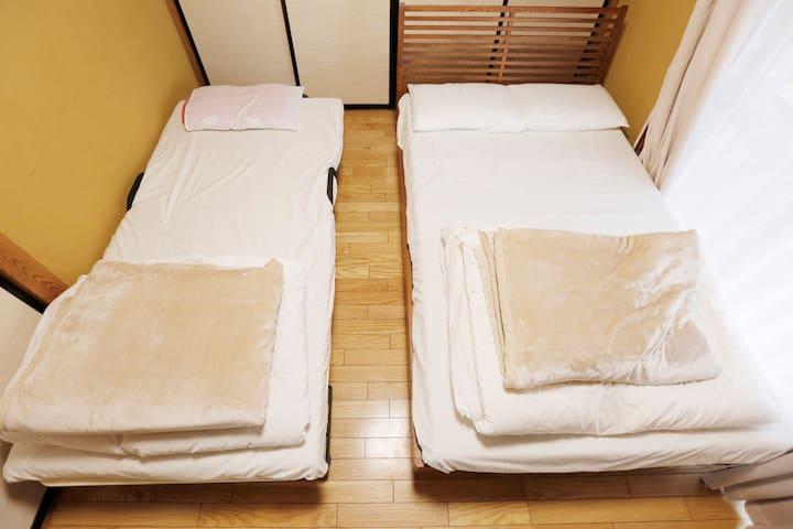 同じ寝室のツインにしたときのものです。その他マット、ソファーベット、お布団があります。 the same bed room where two beds are set. We also provide futon mattresses.