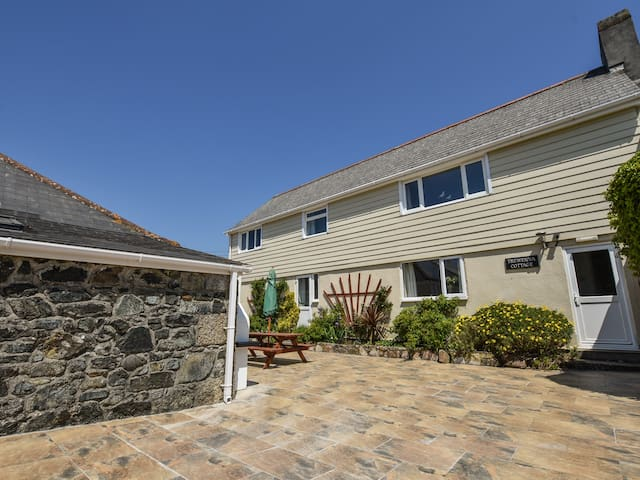 TREWENNA, pet friendly, with pool in Mullion, Ref 987905