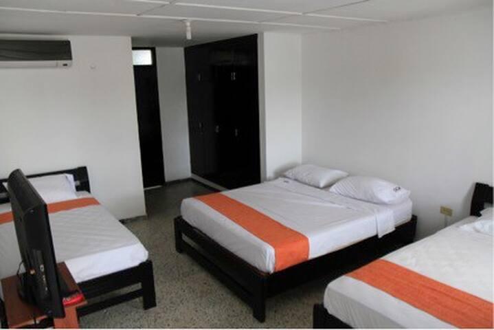 Habitación privada. Cuenta con una cama doble, dos camas sencillas. Baño privado, T.V con cable y aire acondicionado