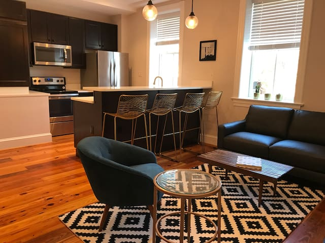 Modern 2BR in historic bldg in heart of Old Town