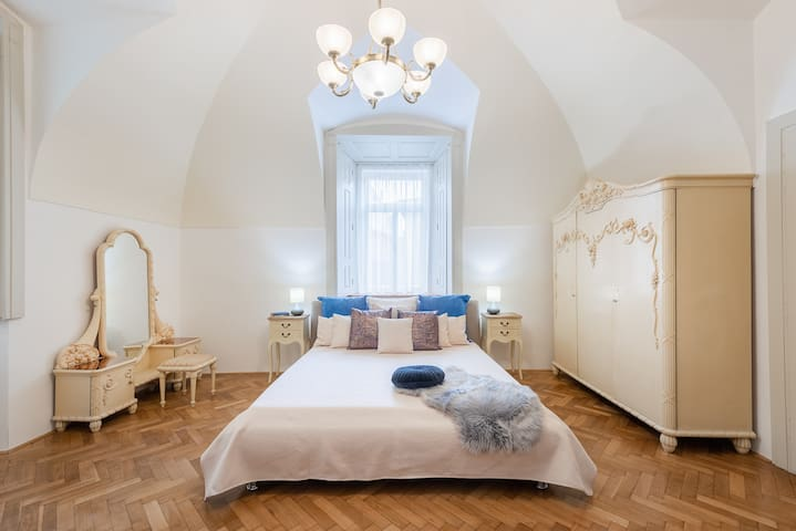Charming Apartment For Up To 10 People Near Charles Bridge <3