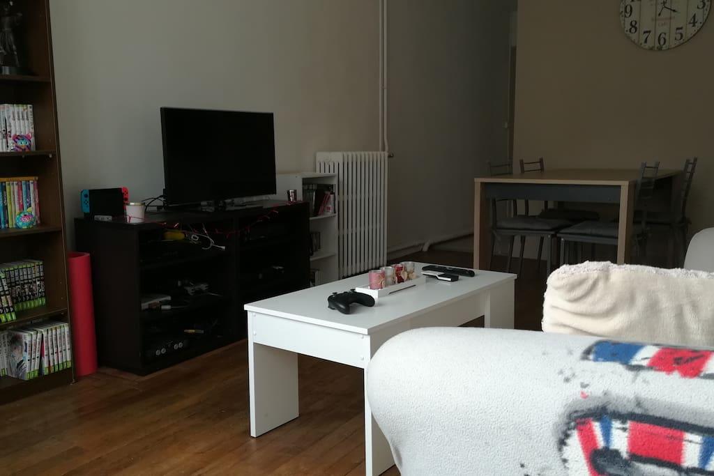Téléviseur avec chaines TNT. Internet relié à la XBox pour jouer ou chiller sur Netfilx.