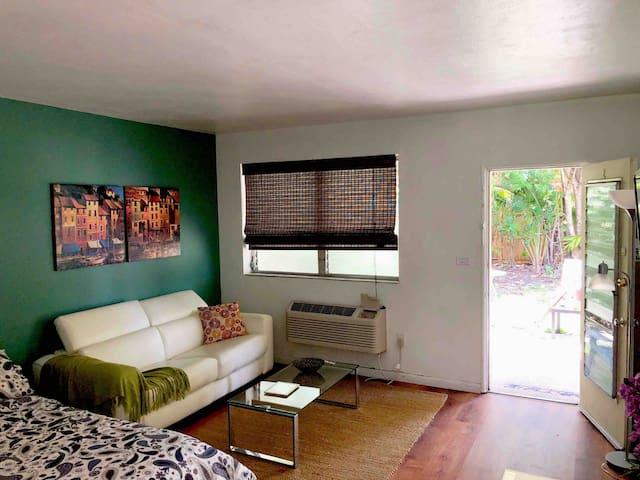LUNA  studio-apartment-private entry & parking
