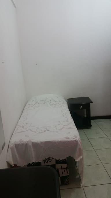 Cama e mesa cabeceira