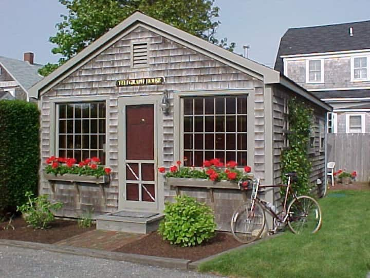 Romantic A-Ced cottage for two in 'Sconset Center!