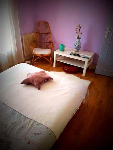 Jolie chambre avec balcon