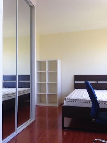 Bright, large private room in Kogarah - Kogarah - Bed & Breakfast