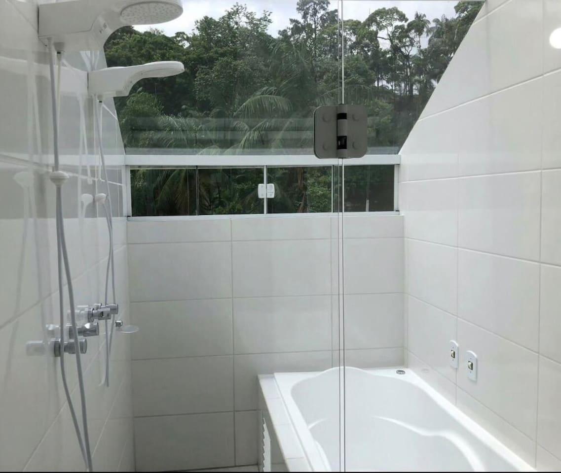 Banheiro com 2 chuveiros e banheira com teto de vidro no 3o piso