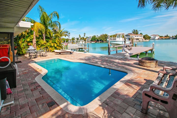 Manatee Home Water front, Pool, Walk to Beach, Perfect location!
