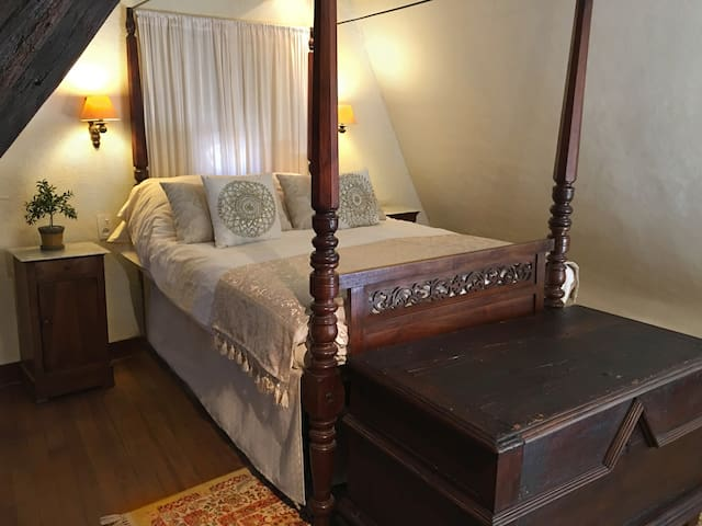 Sleep in a fairy tale setting: Napoléan bedroom with colonial period 4 post bed