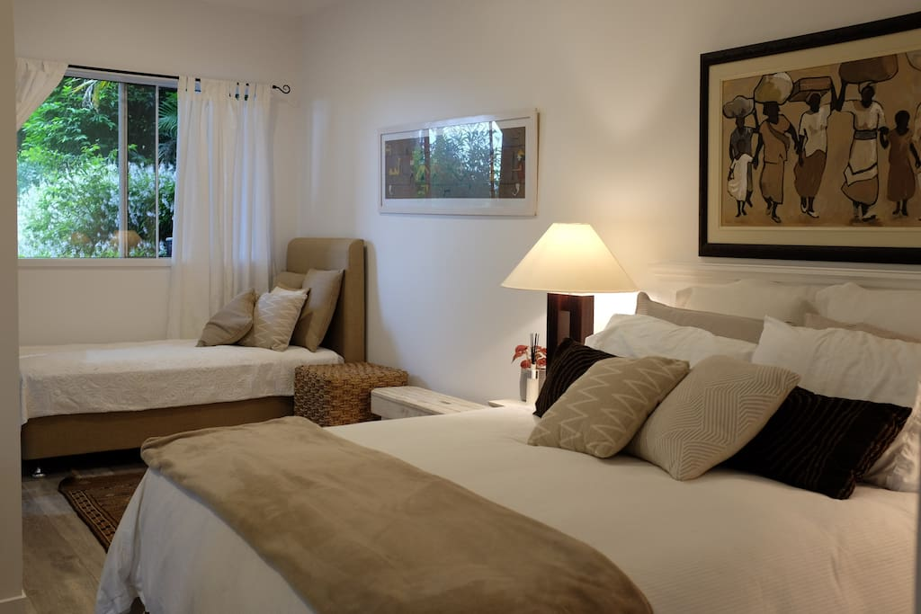 Bedroom with and Queen size bed and single/day bed.