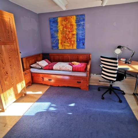 Schlafzimmer mit 2 Einzelbetten im Erdgeschoss.