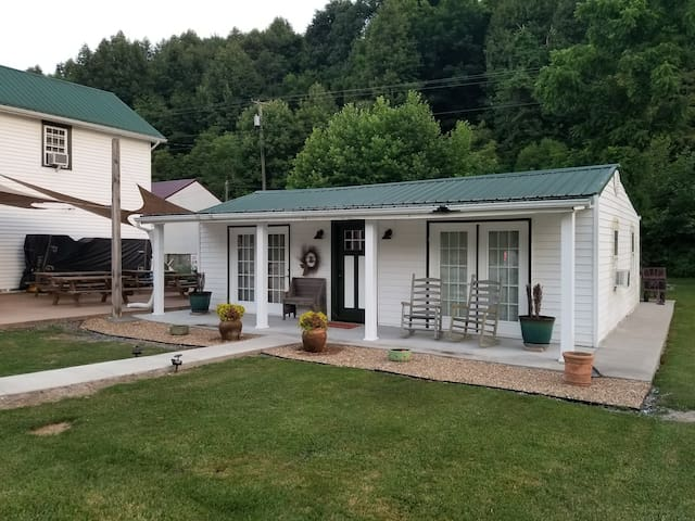 Cottage Directly ON The Virginia Creeper Trail!
