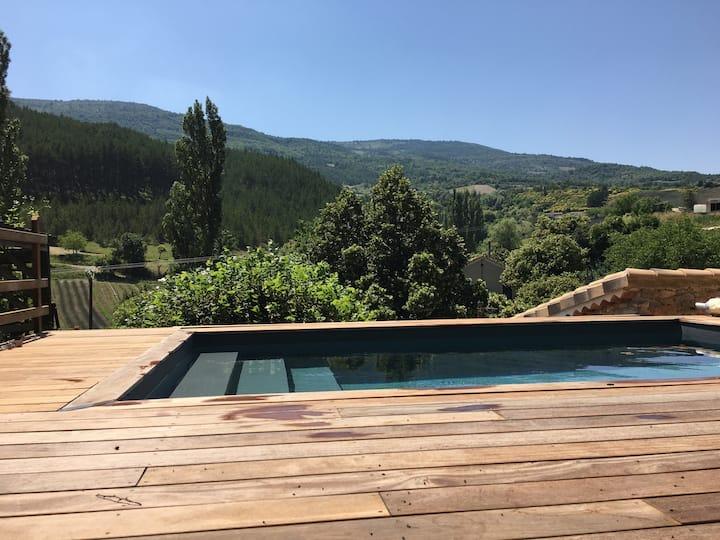 Maison en pierres avec piscine chauffée