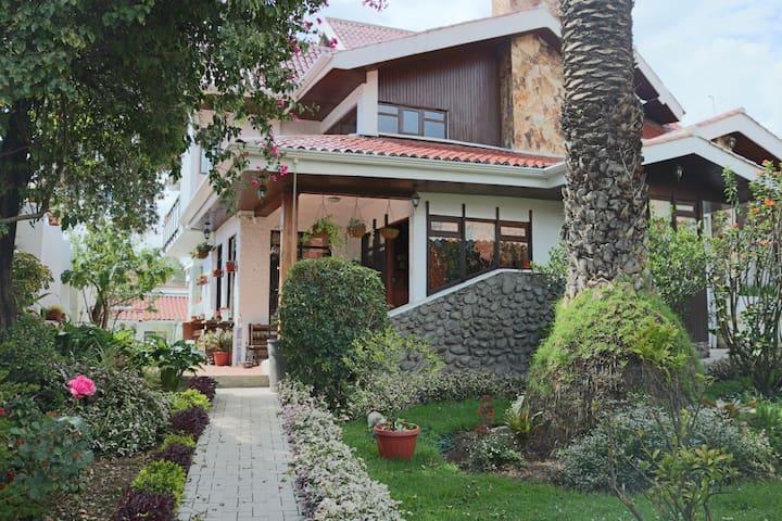 Casa Todosantos, habitaciones y estancia familiar.