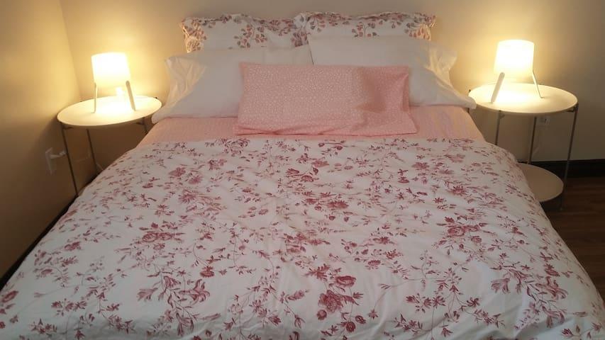 Belle grande chambre propre et confortable