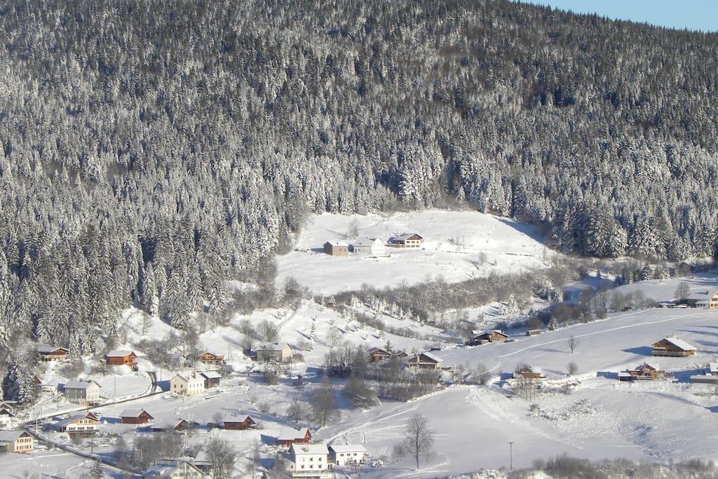 voici  une partie du village que nous apercevons de chez nous quand il y a de la neige
