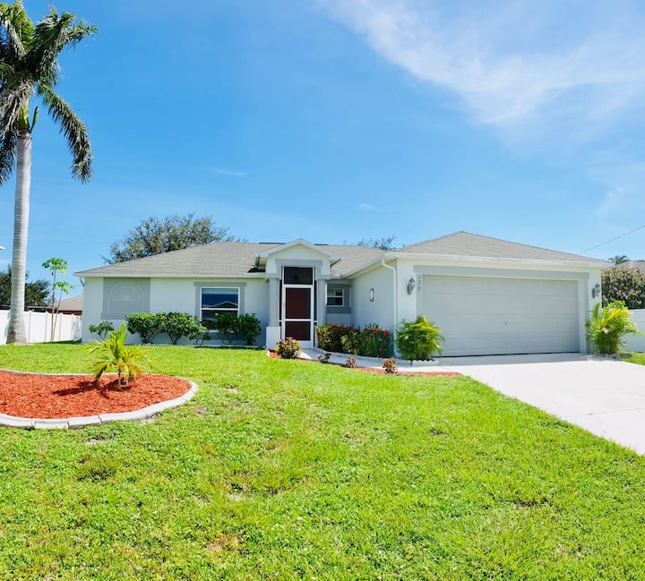Right in the center of Cape Coral, Great Location!