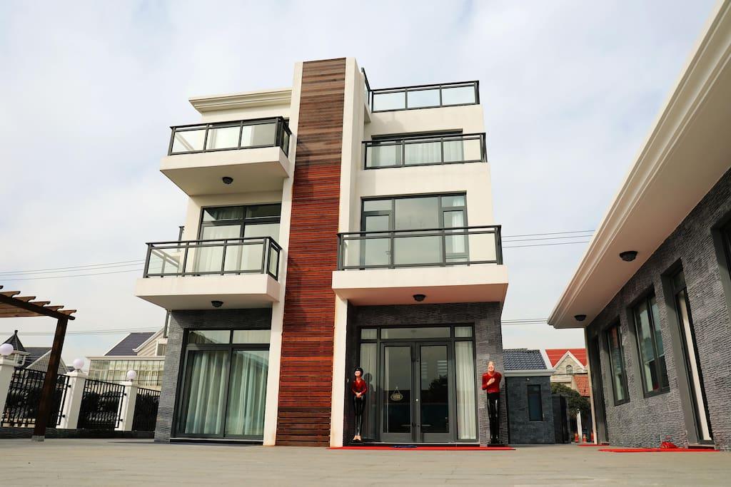 整幢房屋设计采用现代极简风格。