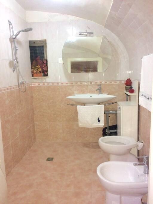 Bagno privato della stanza arancione