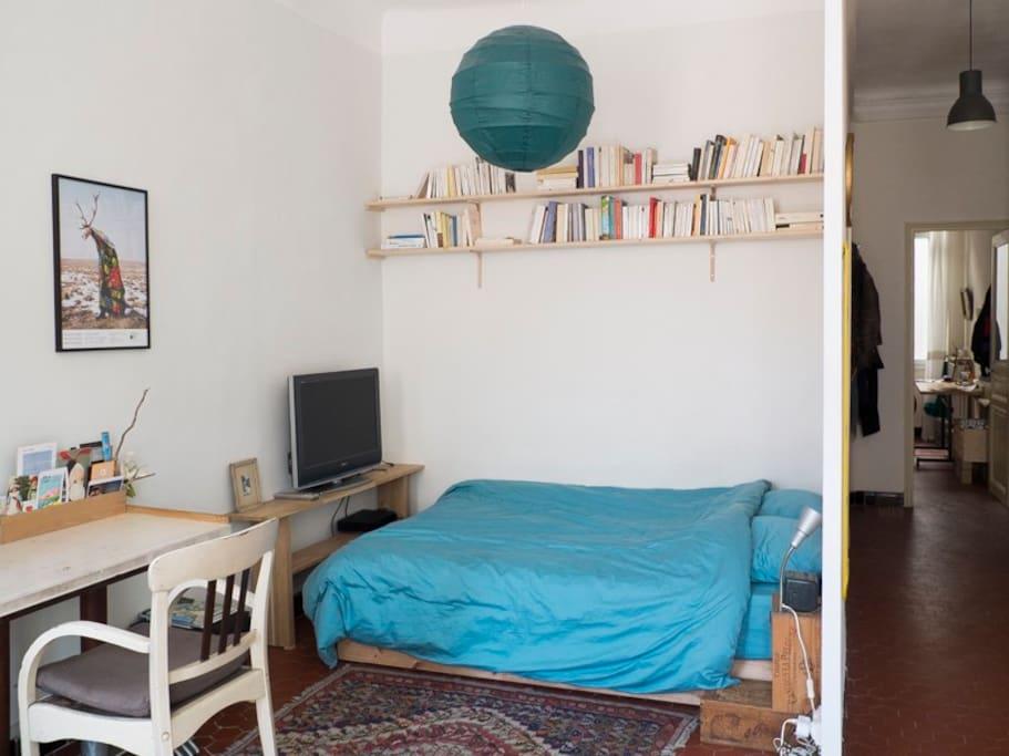 salon - alcove avec lit double