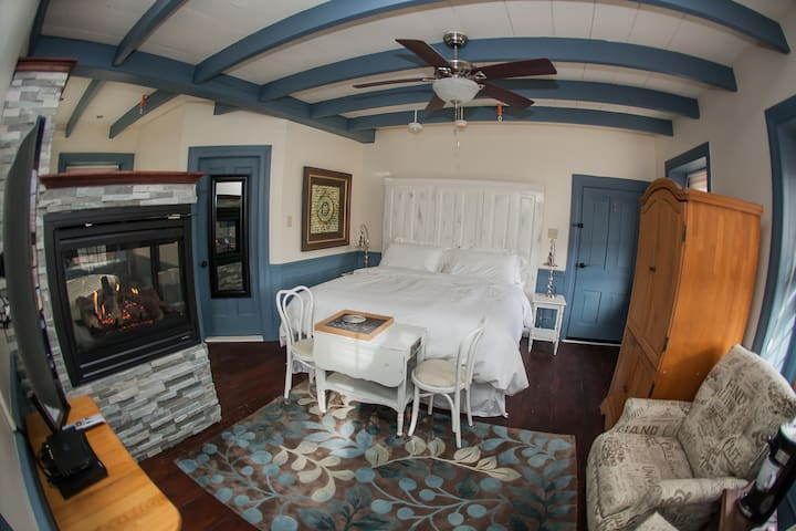 Suite  with fireplace and Spa tub near Jim Thorpe
