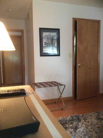 Quiet comfy Bedroom Minutes from Buffalo Airport