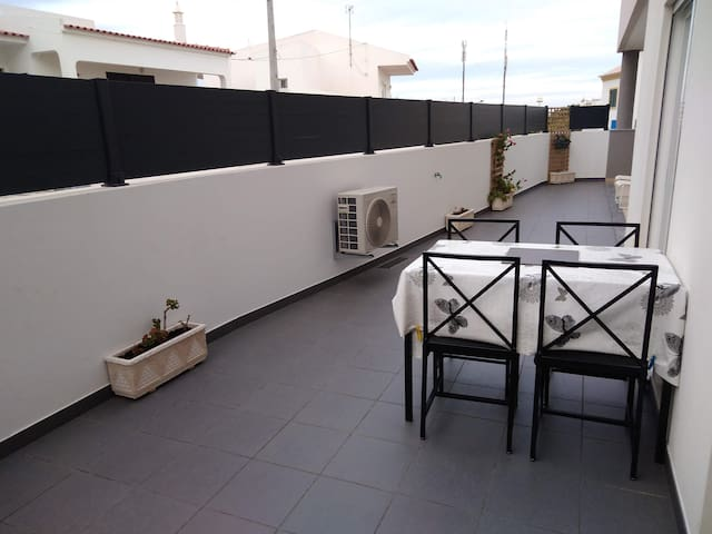 Apt terrasse, AC, 5 walking min beach/pool/terrace