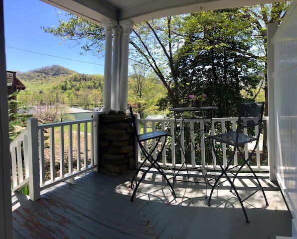 *New reno studio w porch/mtn view/steps to downtwn