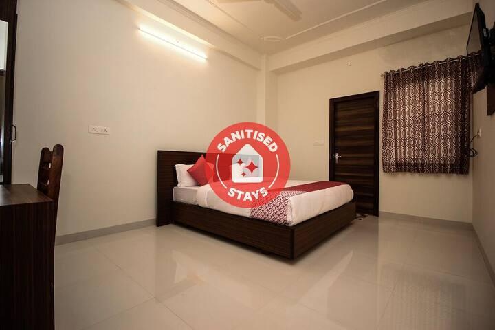 Classic room in Capital O 17241 Hotel Mayra