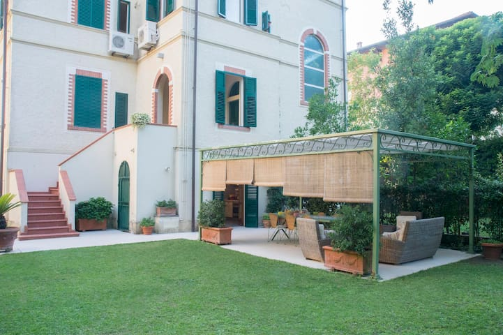 FORTE DEI MARMI-GROUND FLOOR WITH GARDEN
