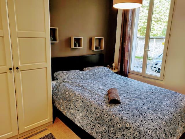 Un grand lit de 140x200cm pour passer des nuits confortables